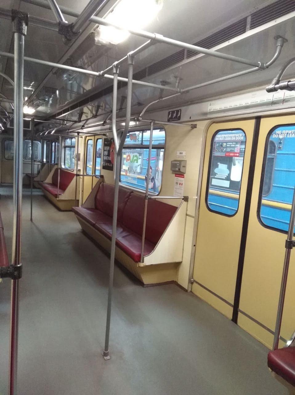По зеленой линии киевской подземки курсирует вагон с вертикальными поручнями, ФОТО, фото-1