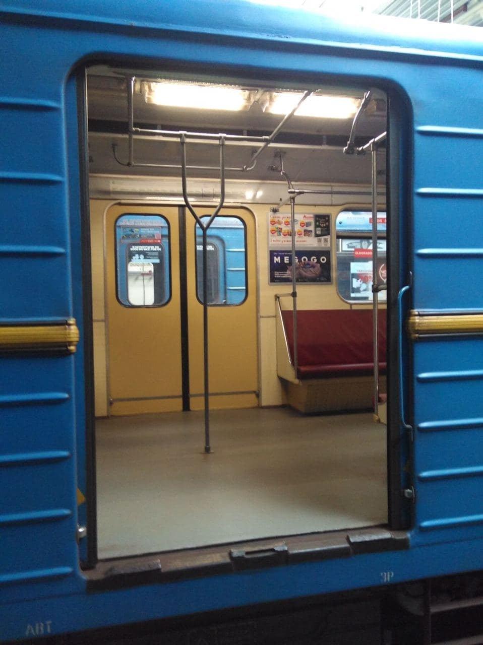 По зеленой линии киевской подземки курсирует вагон с вертикальными поручнями, ФОТО, фото-2