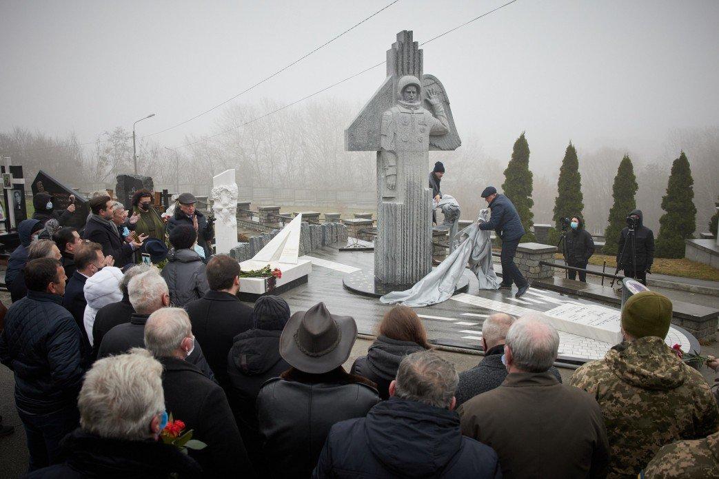памятник украинскому космонавту Леониду Каденюку