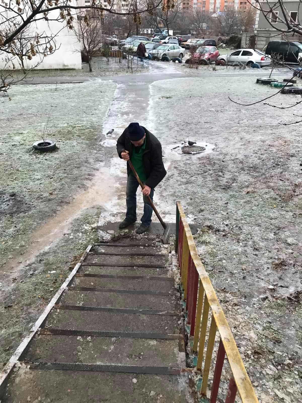 В Святошиснком районе посыпают тротуары песком и очищают их от ледяной корки, Фото Святошинской РГА