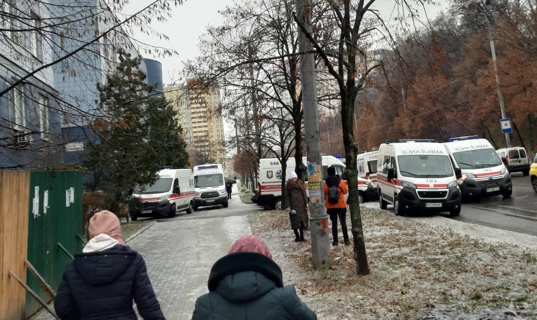 Очередь из скорых 11 декабря возле травпункта на Виноградаре, Фото Виктории Влади