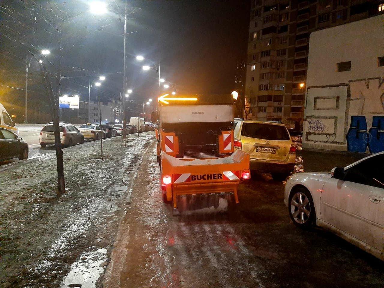 Киевские коммунальщики очищают тротуары и дороги города от гололеда. ФОТО, Фото: КП Київавтодор (Facebook)