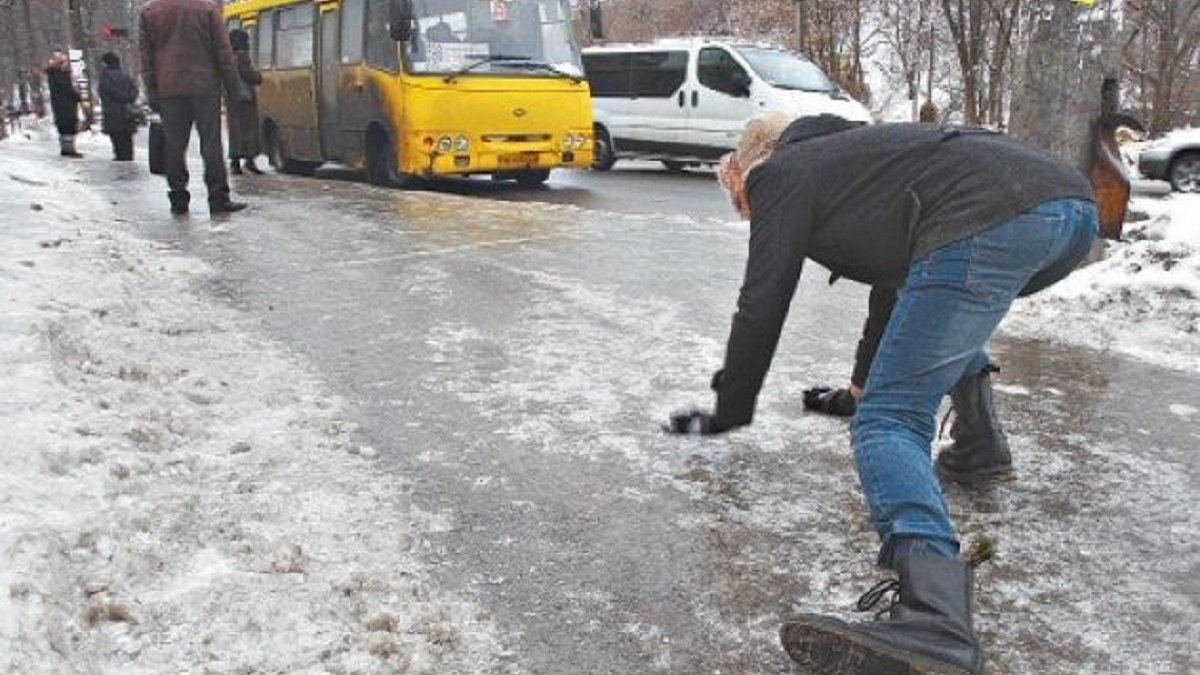 Школьница на Андреевском спуске в Киеве из-за гололеда упала 40 раз. ВИДЕО, Kyiv 24 TV