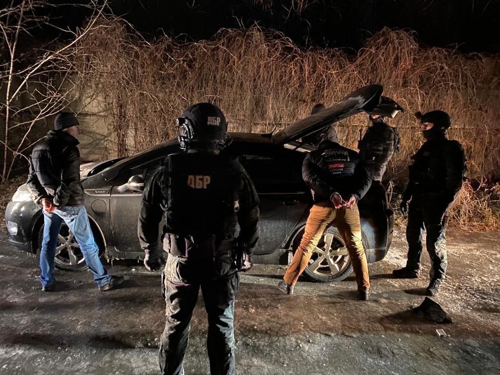 , полицейские требовали от гражданина ежемесячно платить по 1000 долларов, пресс-служба Офиса Генпрокурора