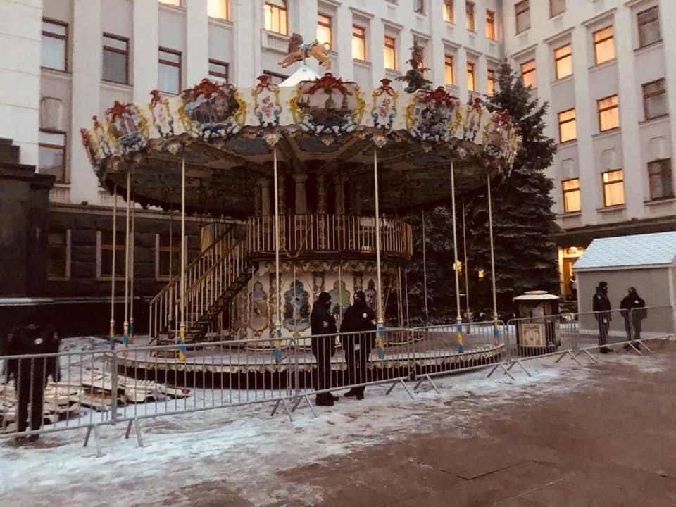 В столице возле здания Офиса Президента установили карусель.