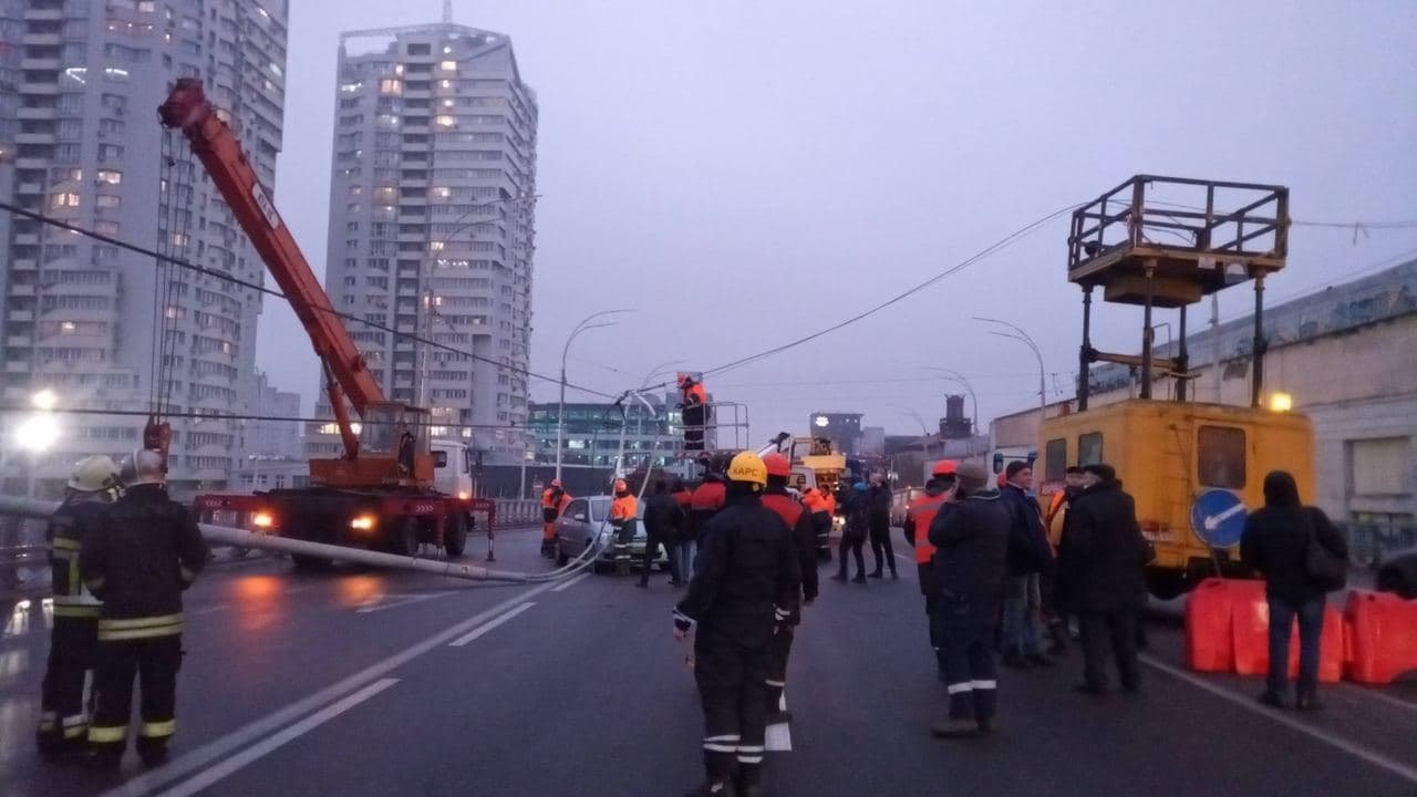 На Шулявском путепроводе работают спасатели и ответственные службы