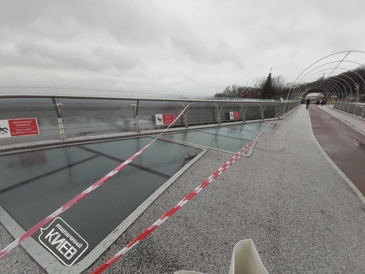 Никогда такого не было: в Киеве на пешеходном мосту Кличко снова треснуло стекло, ФОТО, фото-1