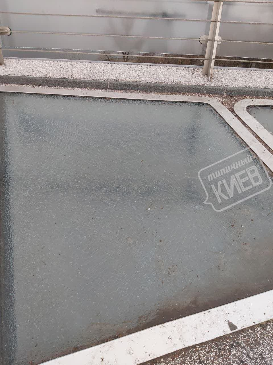 Никогда такого не было: в Киеве на пешеходном мосту Кличко снова треснуло стекло, ФОТО, фото-2
