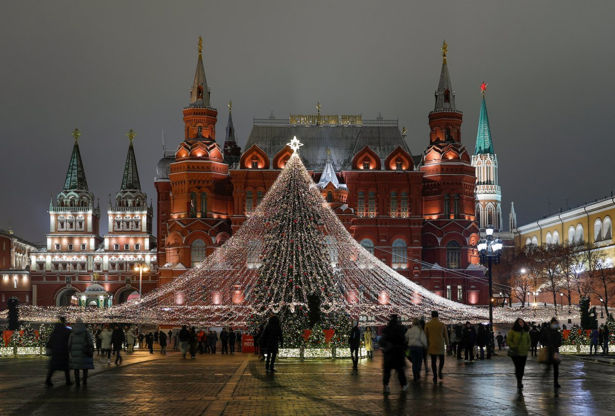 Главные новогодние елки в Киеве и Москве в 2020 и в 2016 годах, Фото: Reuters