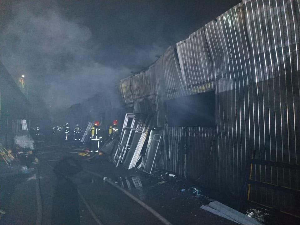 в столице по предварительной информации загорелось складское помещение., пресс-служба спасателей Киева
