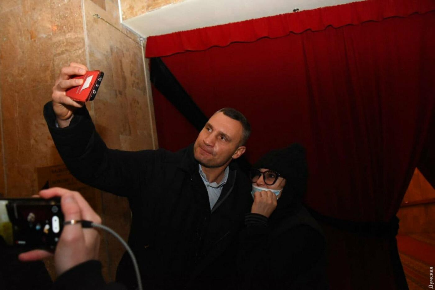 Кличко делал селфи с поклонницей на похоронах Кернеса в Харькове, Фото: Думская