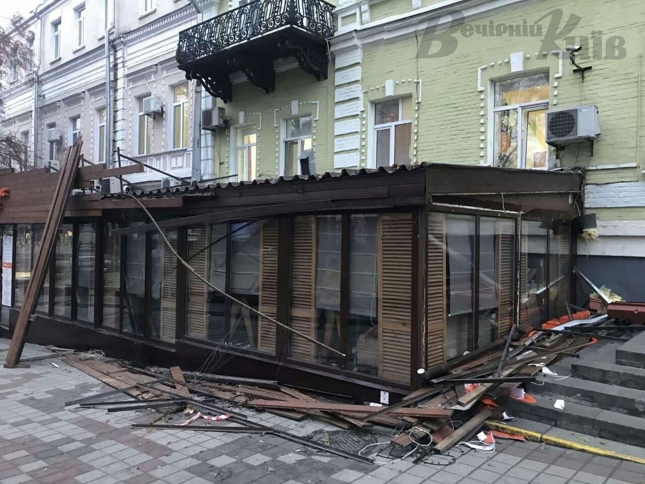 В Киеве демонтировали летнюю площадку возле ресторана.