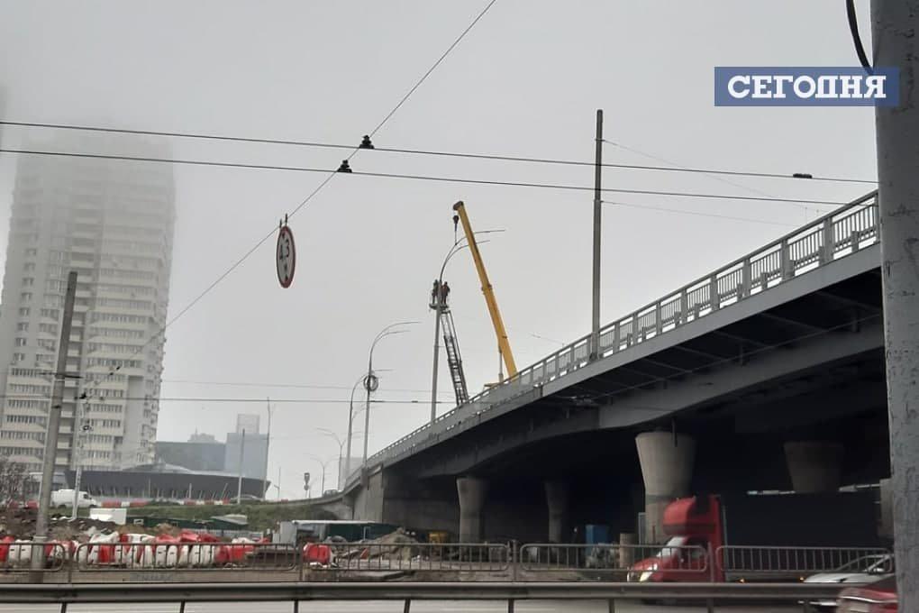 На Шулявском мосту установили новые столбы освещения