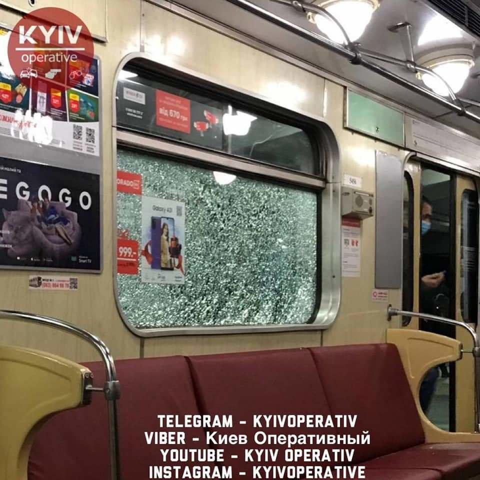 В одном из поездов киевского метро треснуло окно, Фото: Киев оперативный, Facebook