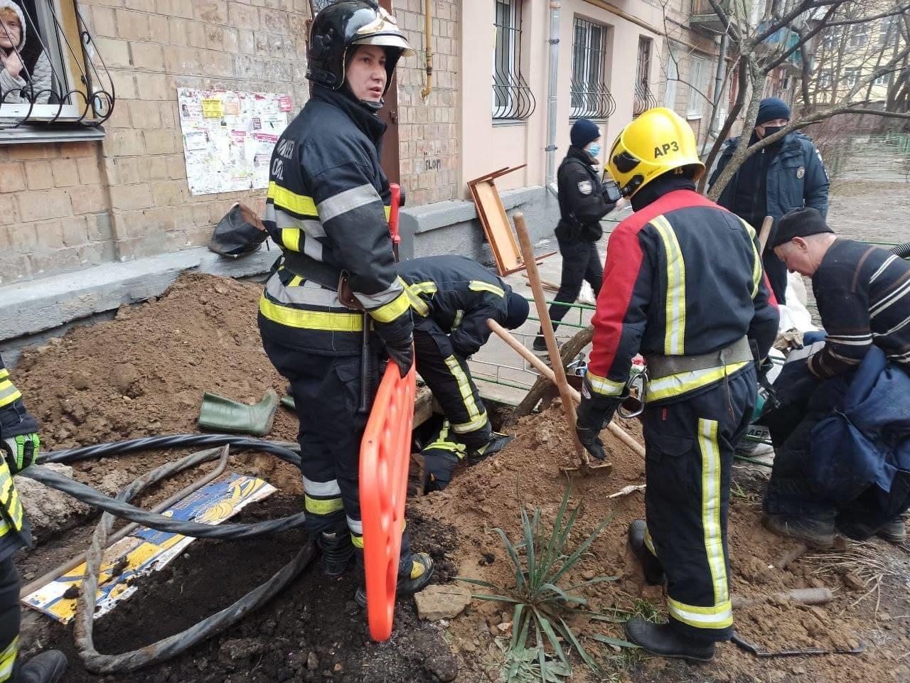 В Киеве произошел обвал почвы возле жилого дома, есть погибший, Фото ГСЧС