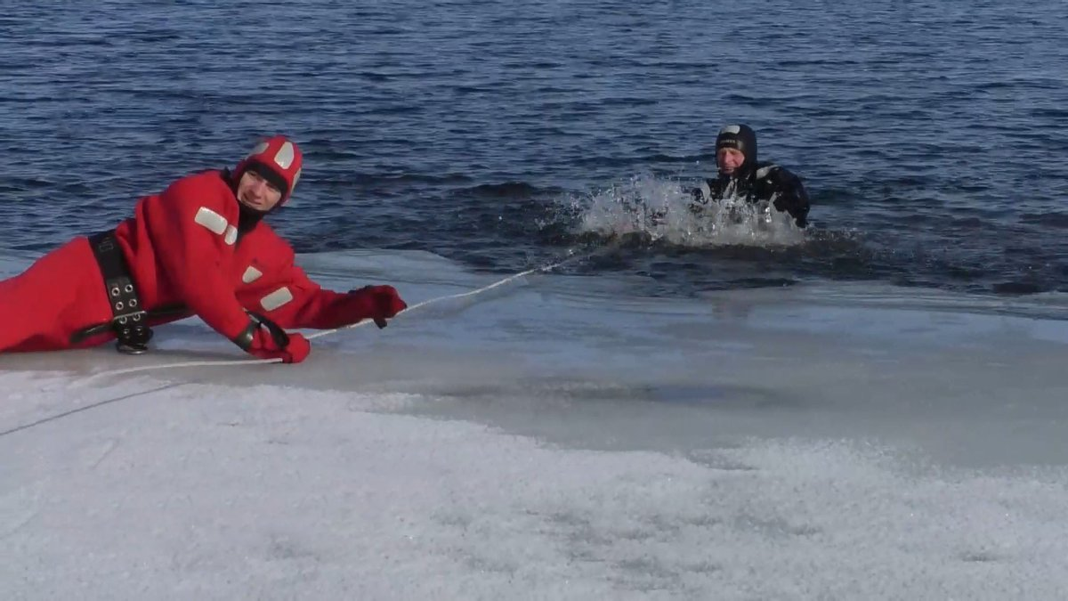 По тонкому льду: что делать, если провалились под воду зимой, - СОВЕТЫ СПАСАТЕЛЕЙ