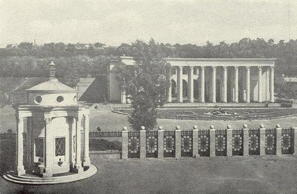 Колонны, стали визитной карточкой стадиона, были построены только в 1954 году