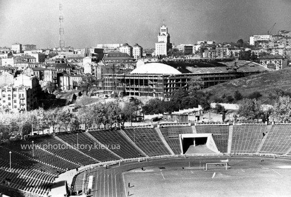 Стадион в 1959-м. Справа видно строительство Дворца спорта, а вверху -
