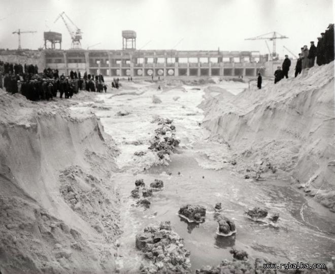 Затопление котлована будущей ГЭС.