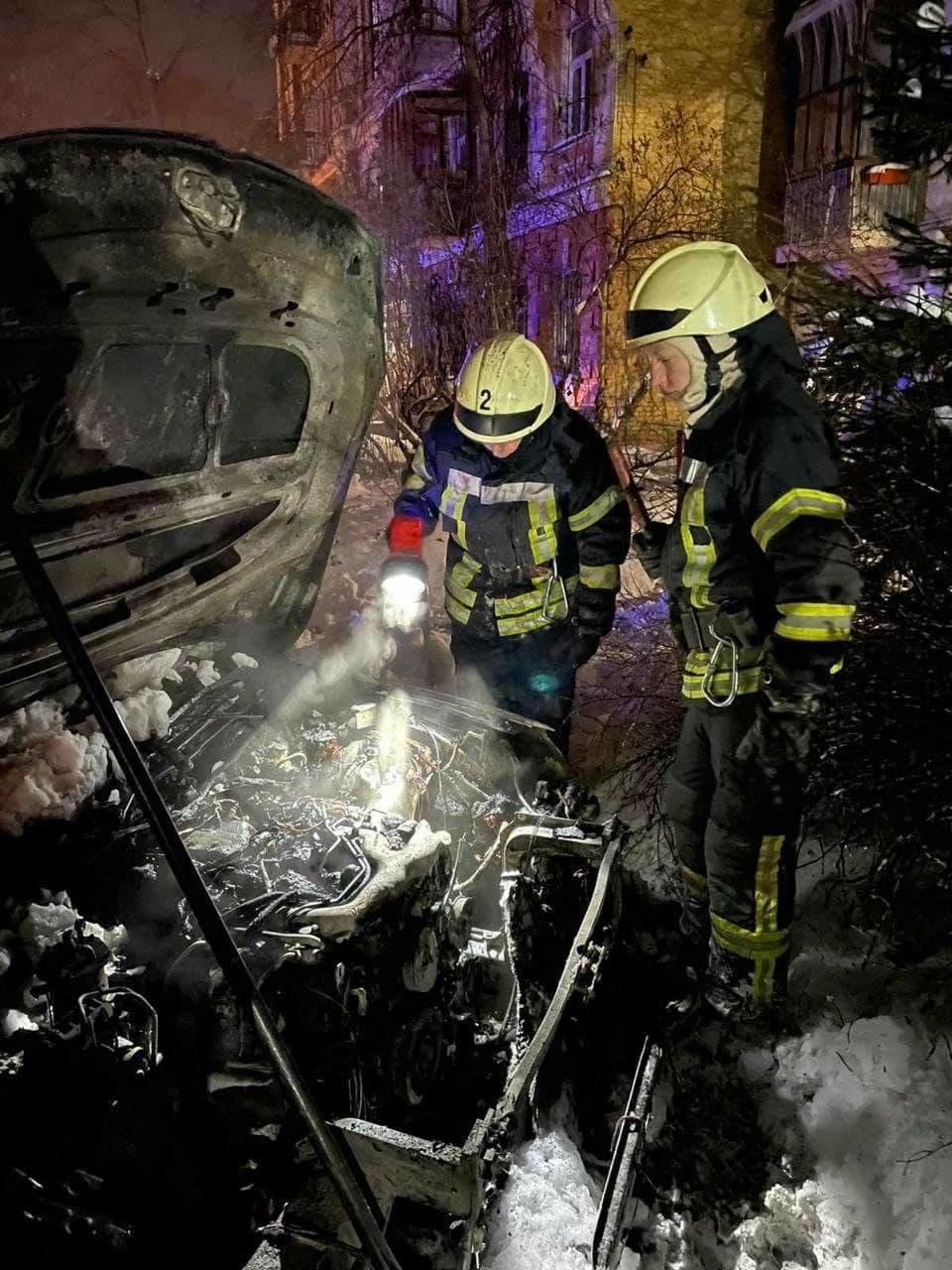 В Киеве подожгли машину известного активиста, Фото: Главное управление ДСНС Украины в Киеве
