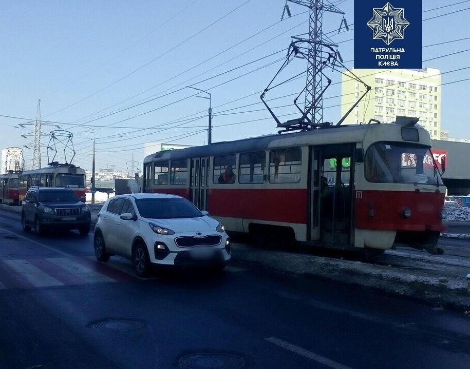 В Киеве трамвай сбил человека на пешеходном переходе.