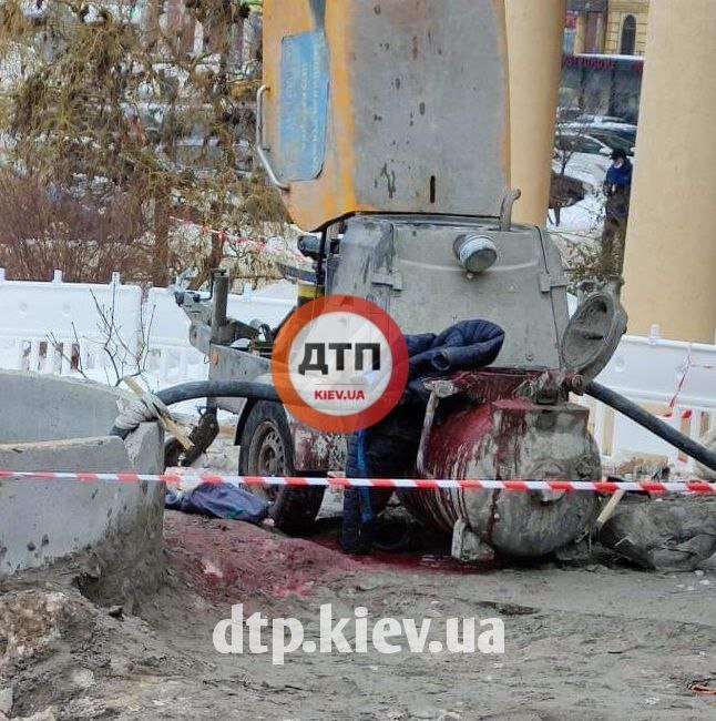 В Киеве на стройплощадке мужчине оторвало ногу бетонным миксером.