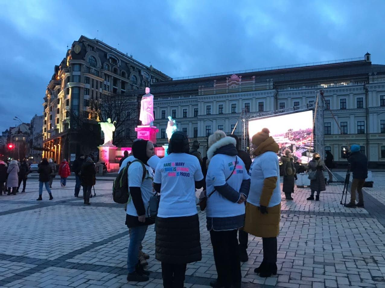 На Михайловской площади установили световую инсталляцию к Международному дню редких заболеваний, Фото: 44.ua