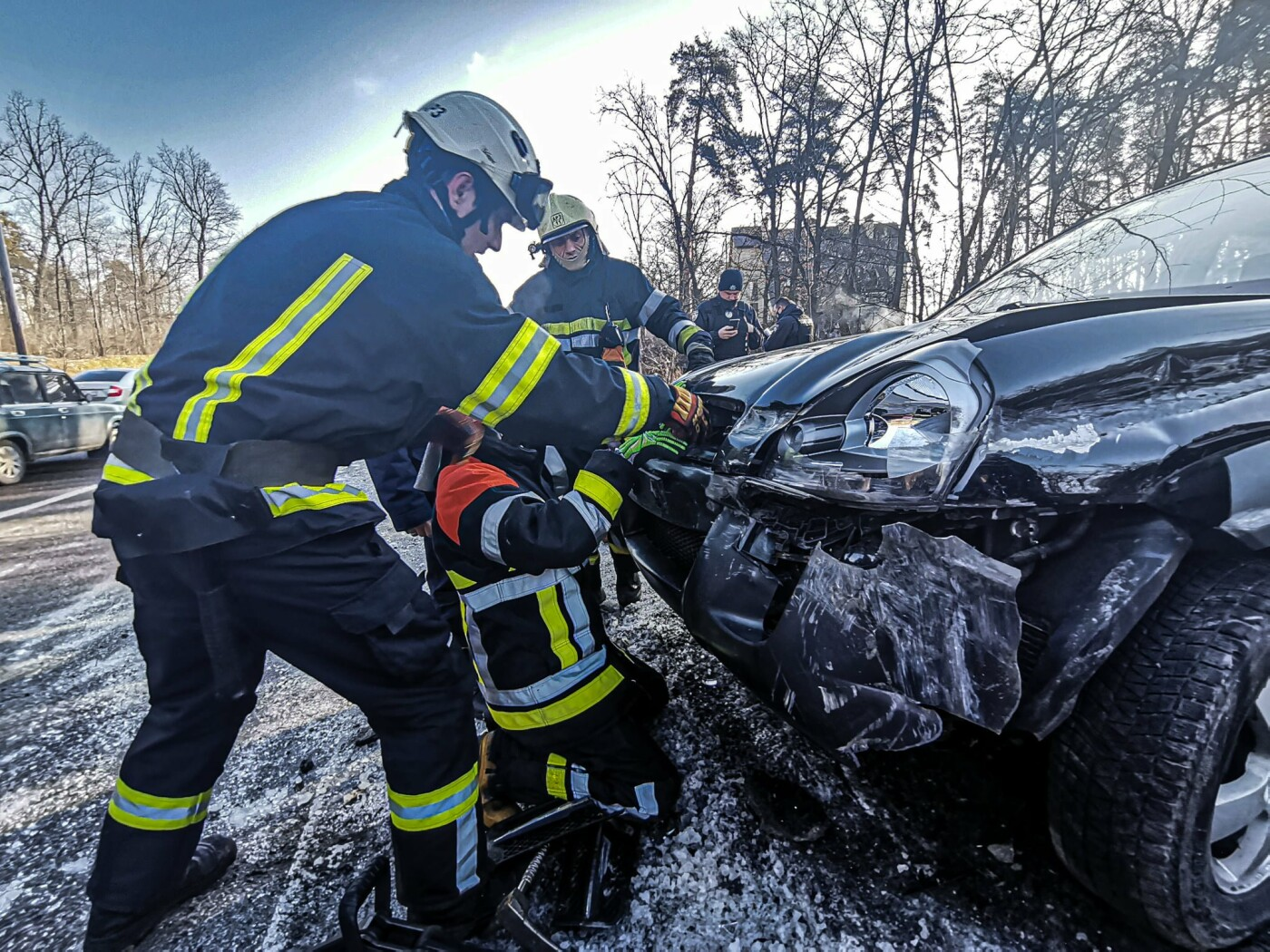 В Киеве спасатели достали водителя из покореженного авто., Фото ГСЧС