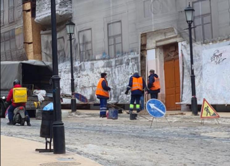 На Андреевском спуске демонтировали дорожные знаки