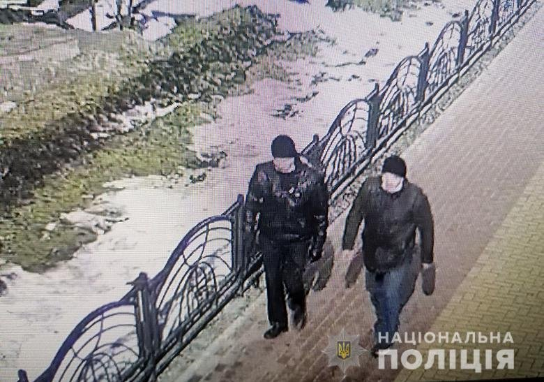Нападавшие зашли в киоск, на улице Каштановой, и угрожая ножом забрали у продавца деньги.