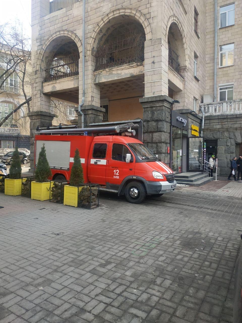 Две станции метро Киева проверяют из-за звонка о минировании, Фото:  ВІКТОР ДАЛЮК 099. 1