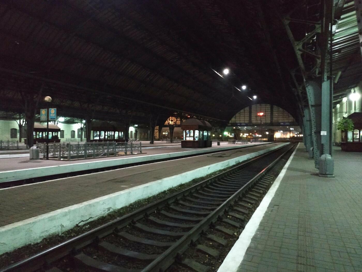 """Пассажиров поезда """"Киев — Черновцы"""" высадили посреди ночи во Львове, Фото: Olexandr Alex"""