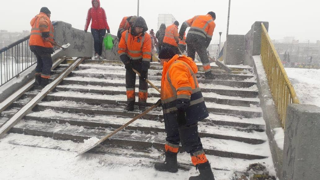 В Киеве обрабатывают дороги