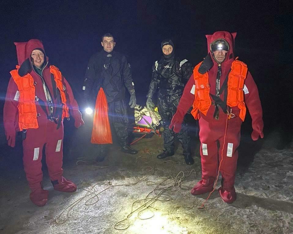 Двое рыбаков вблизи села Сухолучье оказались на отдельном куске льда, Ajnj^ пресс-служба спасателей Киевской области