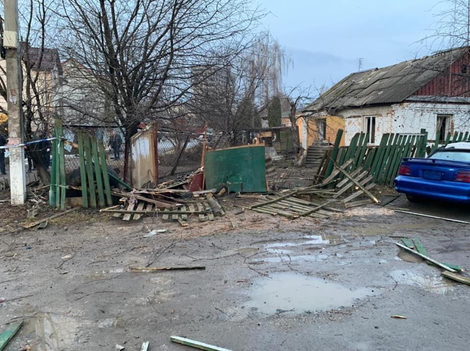 Последствия взрыва: поврежден забор