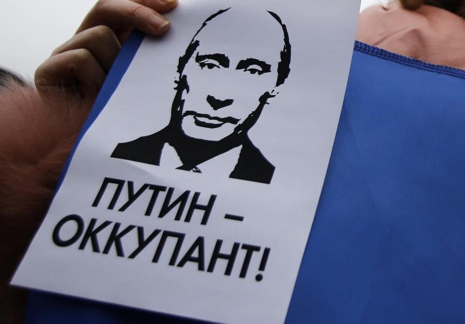 В Киеве возле офиса ОБСЕ прошла акция против оккупации Крыма, Фото: Укрінформ