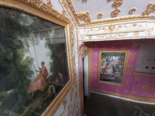 Художник развесил 16 картин с женой