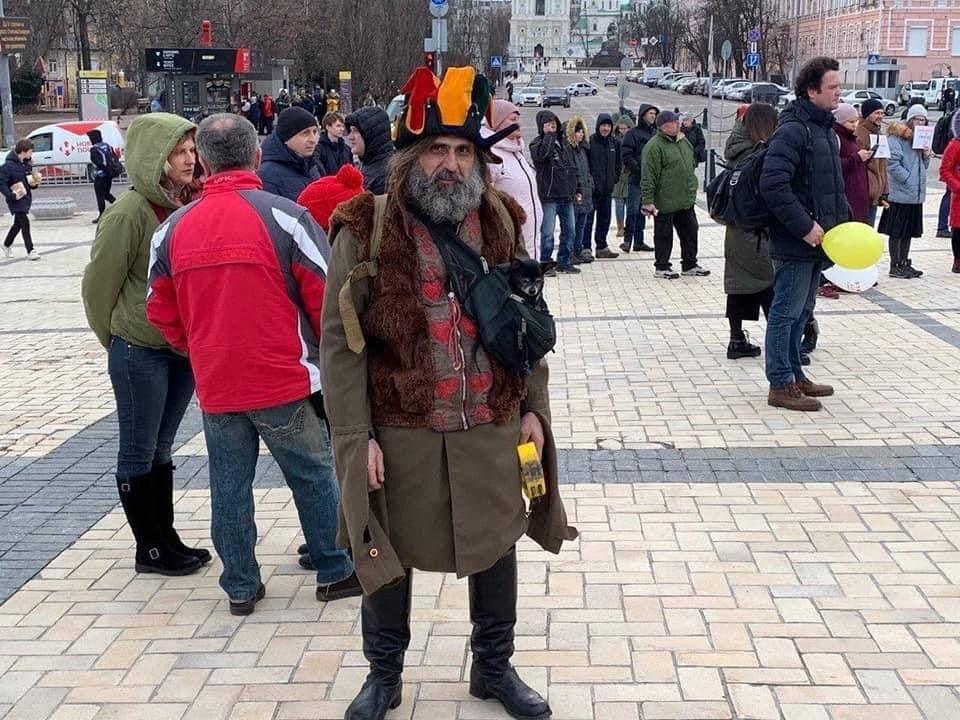 По Киеву ездит бусик с динамиками и призывает не верить не верит в COVID-19., Фото: Типичный Киев