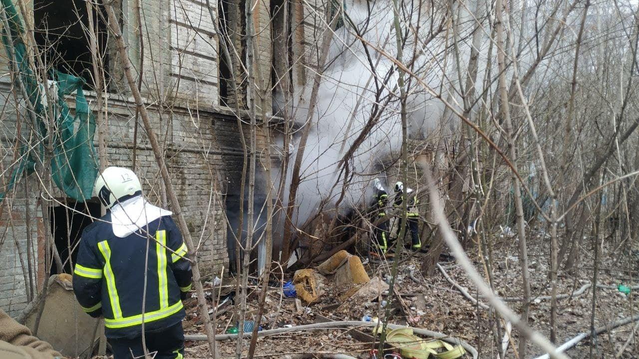 В Киеве на территории Александровской больницы произошел пожар, Фото:  пресс-служба столичных спасателей