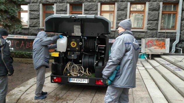 Под Офис президента пригнали специальную машину для отмывания краски., Фото Сегодня