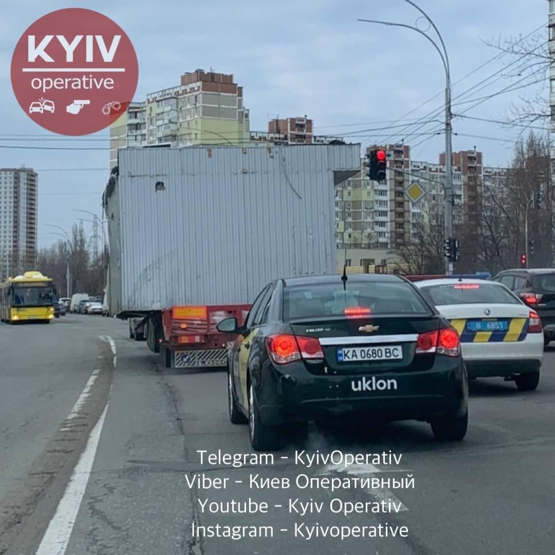 Некоторые владельцы МАФов вылезли на киоски и начали разливать бензин вокруг, Фото: Киев Оперативный