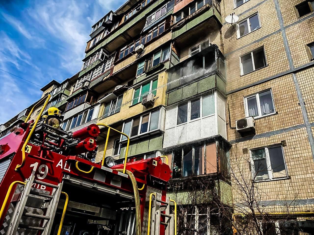 На левом берегу Киева горела высотка, Фото: пресс-служба столичных спасателей