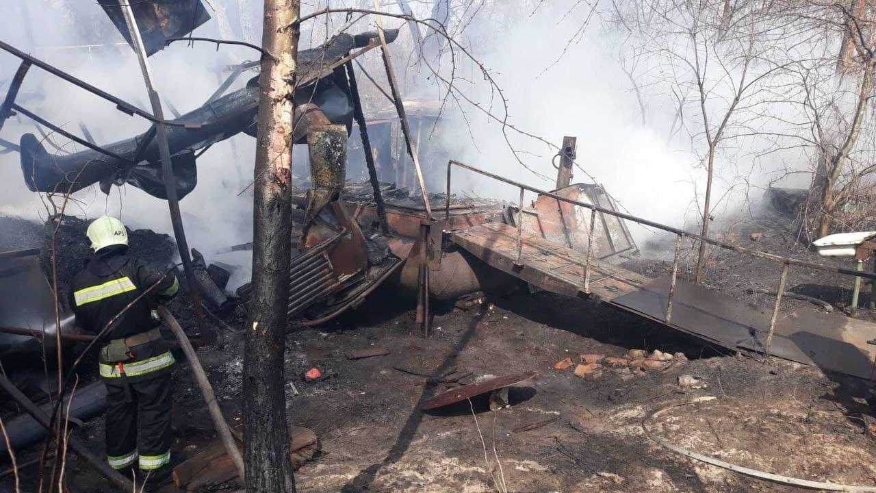 В Киеве горели плавдачи, Фото: Главное управление ДСНС Украины в Киеве