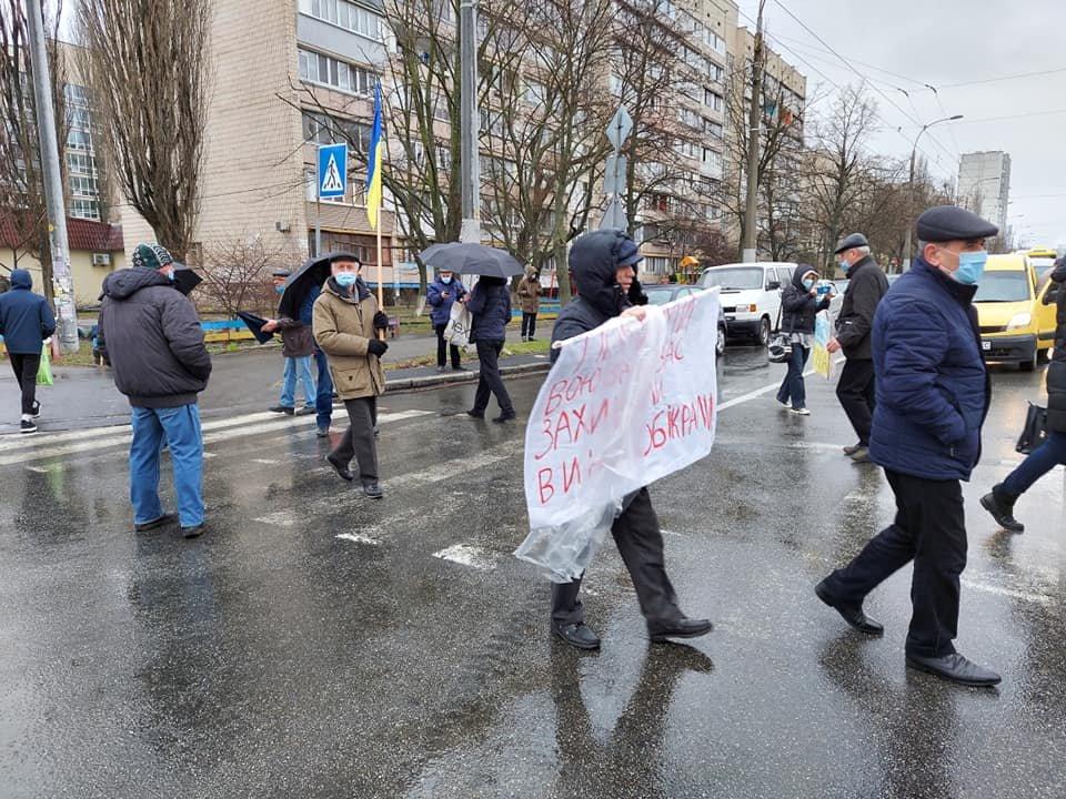 Жители Оболони перекрыли дорогу из-за скандальной застройки Минского массива.