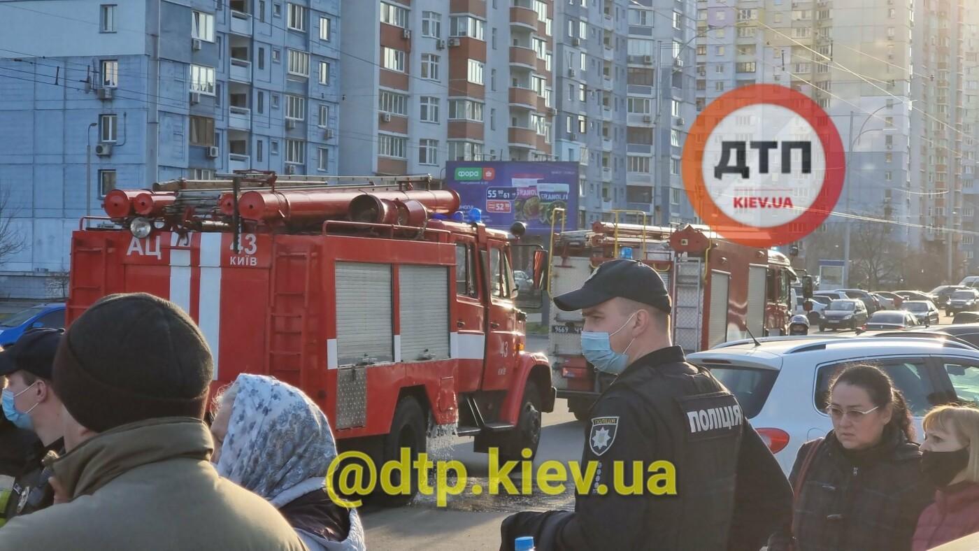 Могли умереть: в Киеве пожарные спасли от смерти двух маленьких детей.