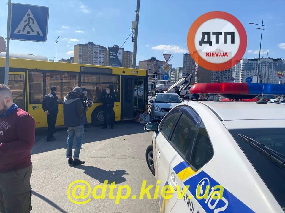 на Позняках в ДТП попал автобус с пассажирами.
