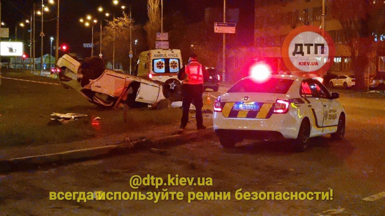 в Киеве на скорости перевернулся автомобиль.