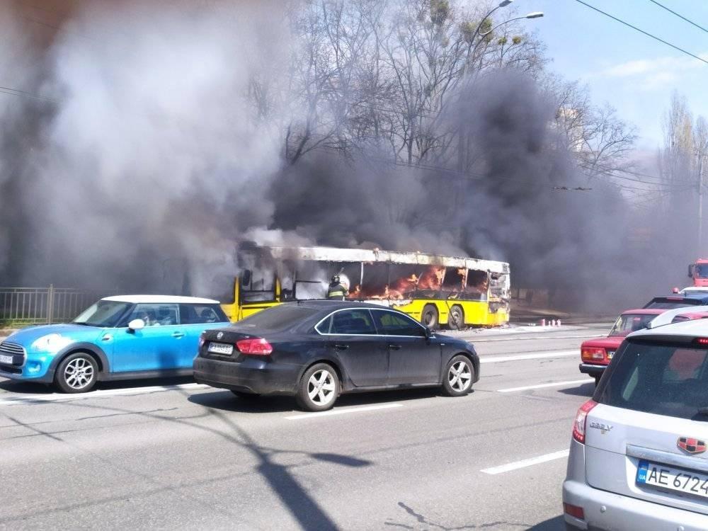 В Киеве прямо на маршруте загорелся коммунальный автобус., Фото: Элена Элена/Facebook/Транспорт Киева