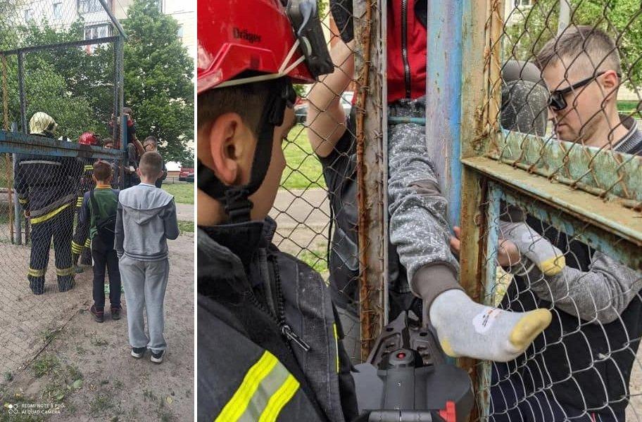 Спасатели вытаскивают ребенка, фото: ГСЧС