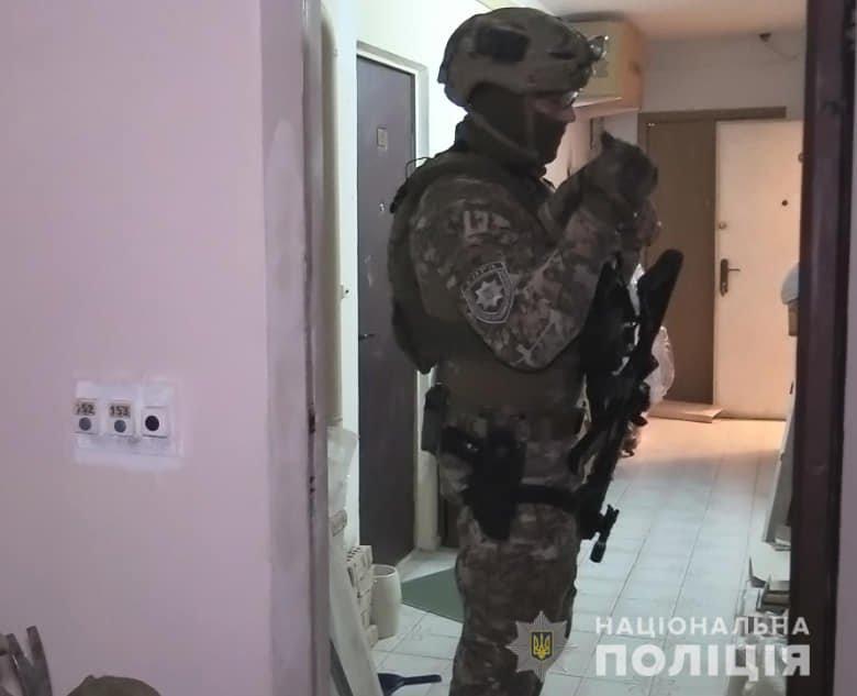 Залез через окно: в Киеве грабитель ворвался в квартиру и захватил женщину в заложники, Фото полиции
